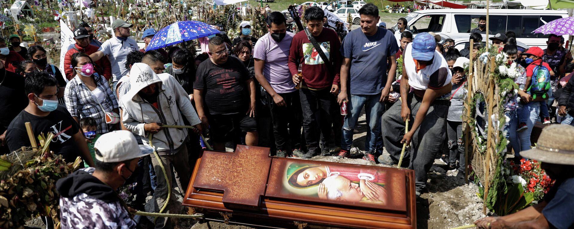 Un funeral en el cementerio de Xico en Valle de Chalco, México, el 16 de septiembre de 2021 - Sputnik Mundo, 1920, 06.10.2021