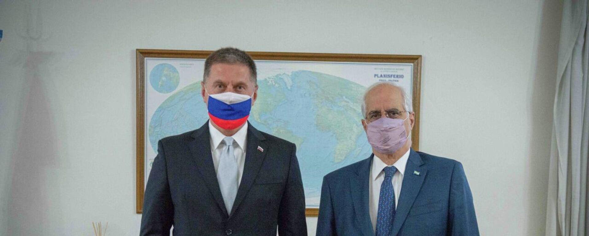 El ministro de Defensa de Argentina, Jorge Taiana, y el embajador ruso en Buenos Aires, Dmitri Feoktístov - Sputnik Mundo, 1920, 06.10.2021