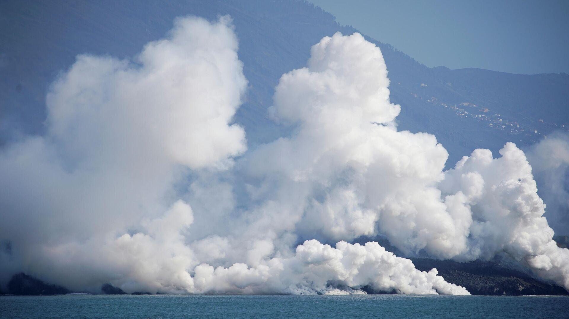 El humo se eleva mientras la lava fluye hacia el mar tras la erupción de un volcán, La Palma, España, 6 de octubre de 2021 - Sputnik Mundo, 1920, 06.10.2021
