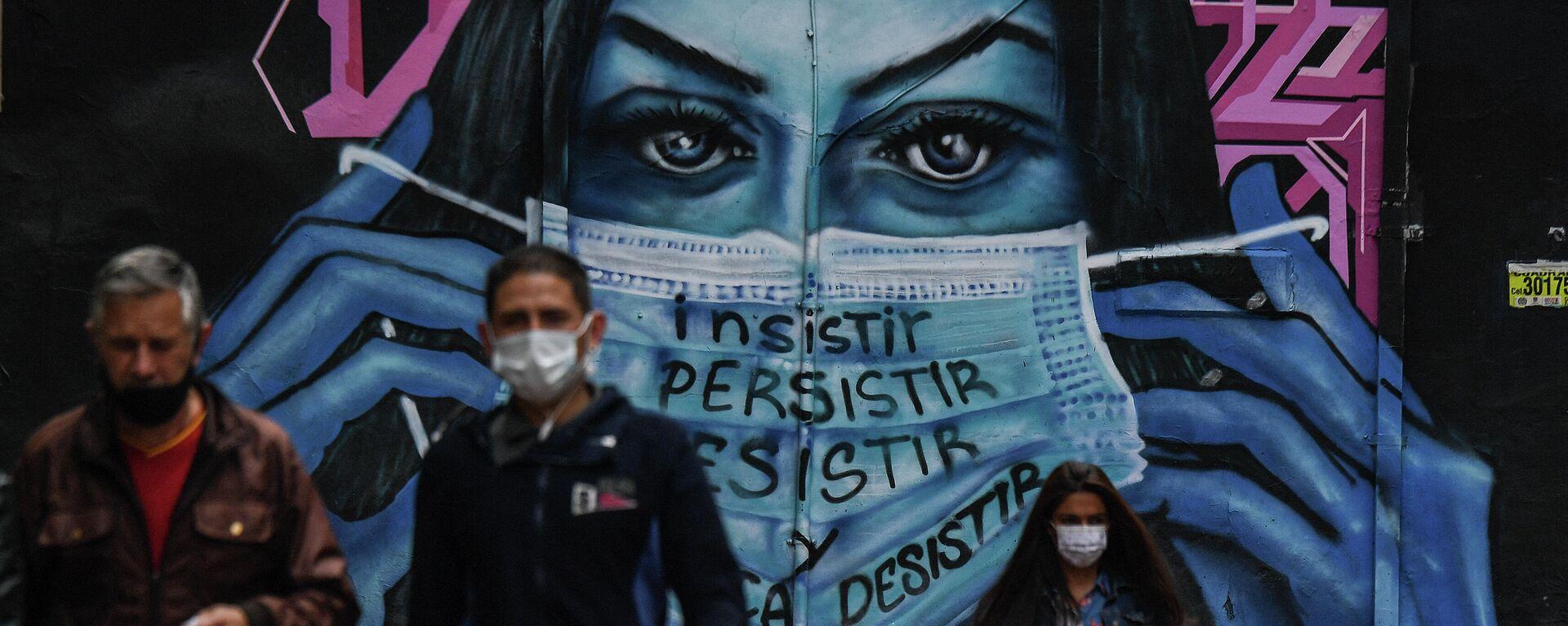 Colombianos cerca de un mural que representa a una mujer con una mascarilla en Bogotá  - Sputnik Mundo, 1920, 07.10.2021