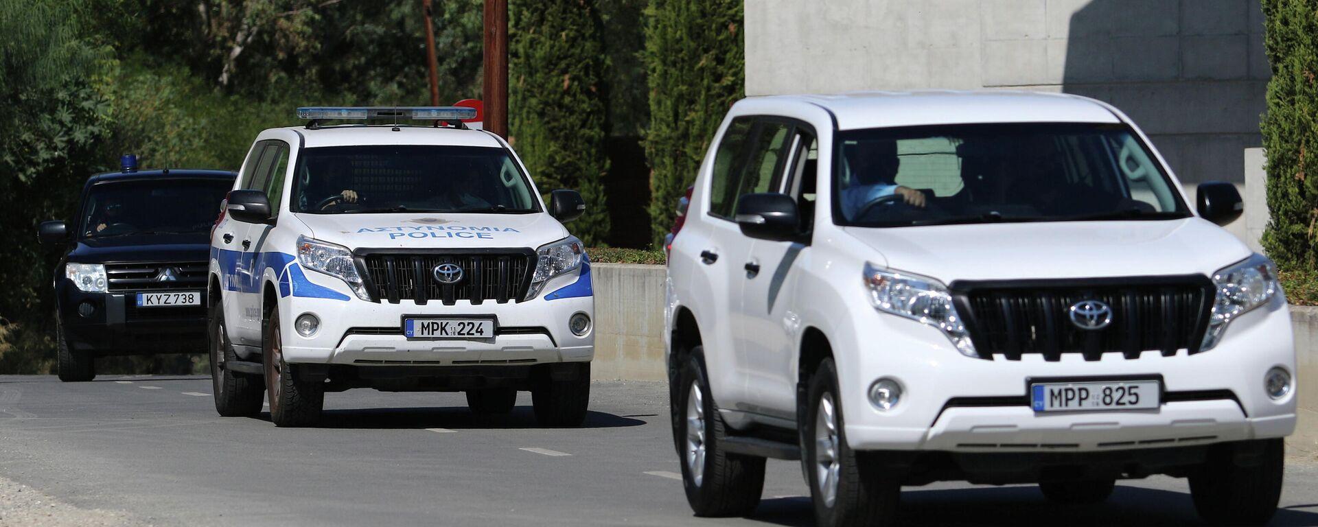 Los coches de Policía salen de un tribunal, donde se emitió una orden de prisión preventiva contra un hombre sospechoso de conspirar para asesinar a empresarios israelíes en Nicosia, Chipre, el 6 de octubre de 2021 - Sputnik Mundo, 1920, 07.10.2021