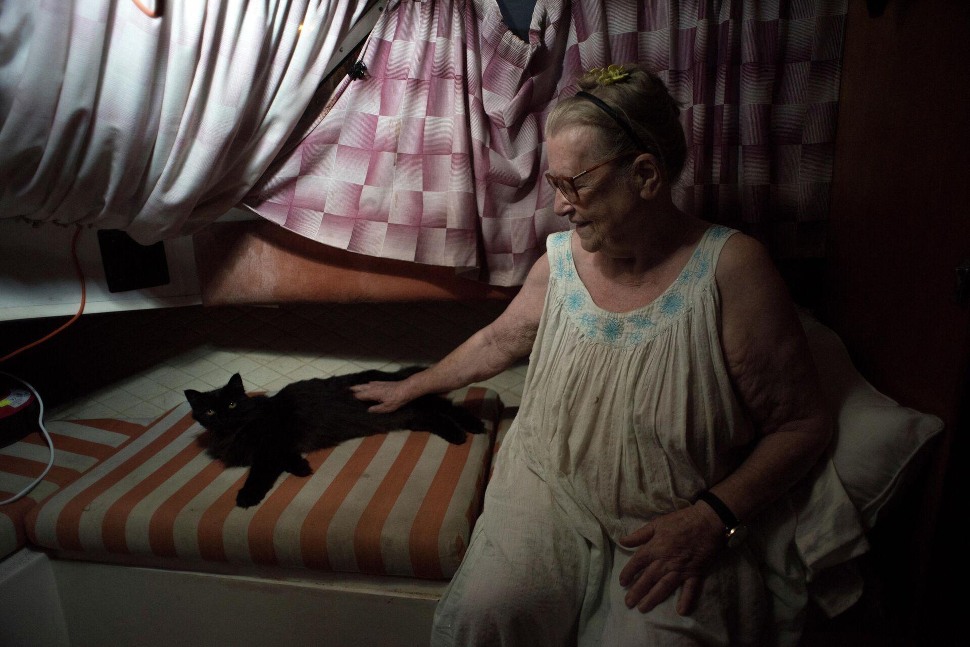 El gato adoptado de Margaretha se esconde cuando ve a los periodistas - Sputnik Mundo, 1920, 07.10.2021