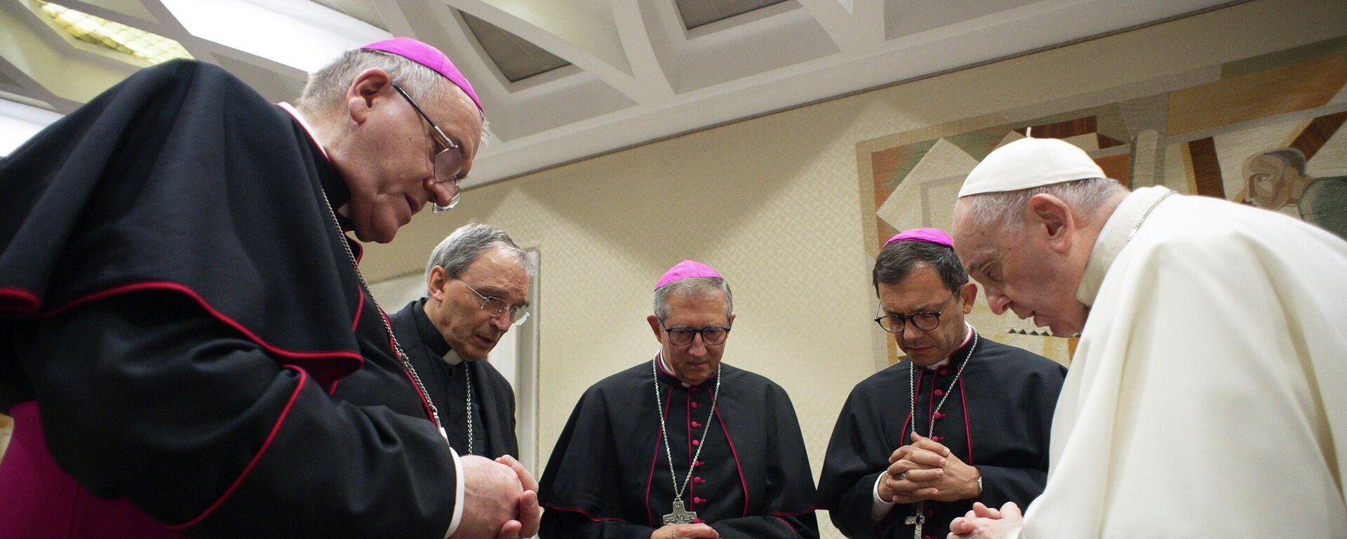 El Papa Francisco y los obispos franceses guardan un minuto de silencio tras el informe de abuso sexual del clero de CIASE, en el Vaticano - Sputnik Mundo, 1920, 07.10.2021