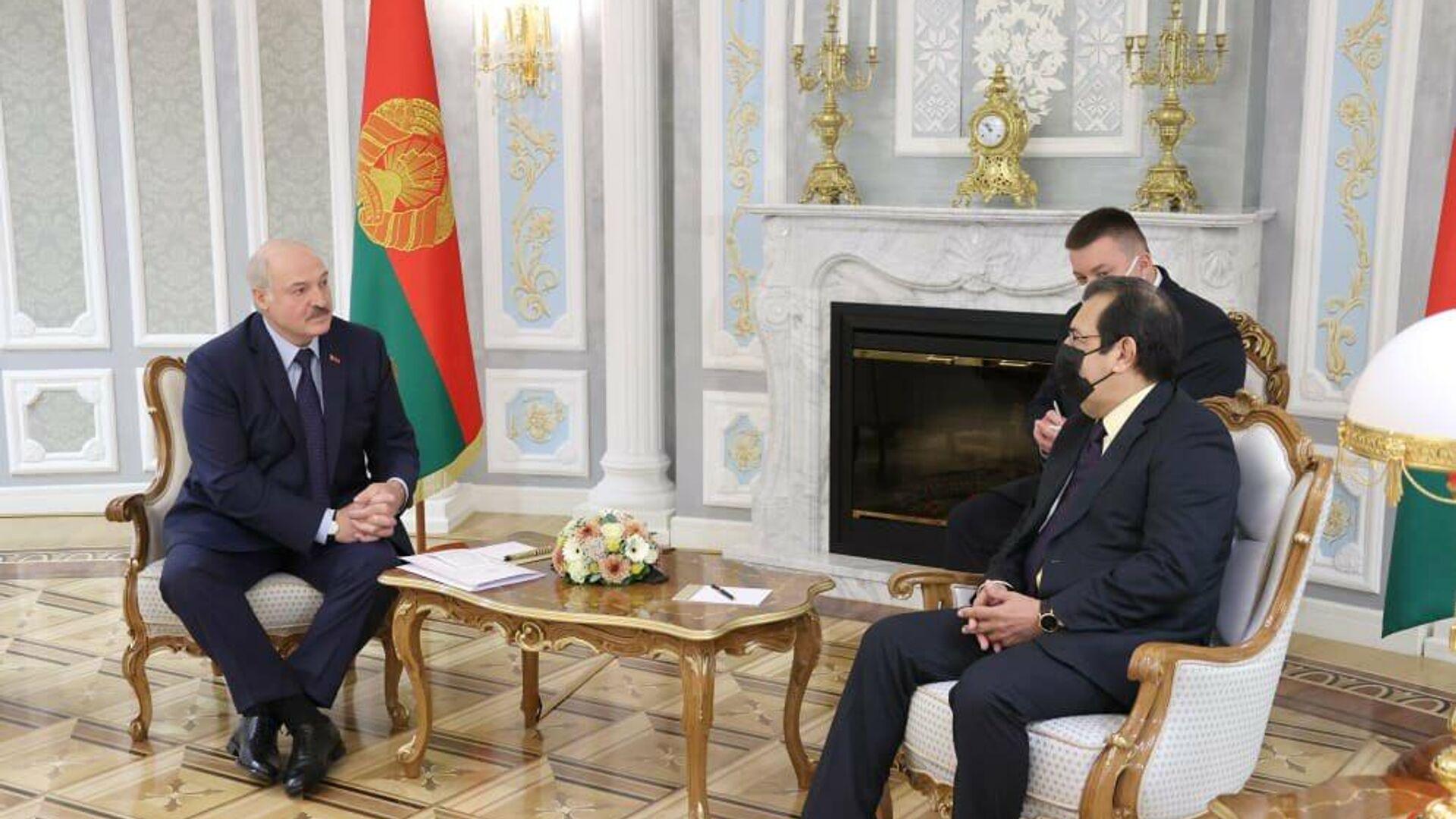El presidente de Bielorrusia, Aleksandr Lukashenko, junto al embajador y enviado especial del Gobierno de Venezuela, Adán Chávez  - Sputnik Mundo, 1920, 07.10.2021