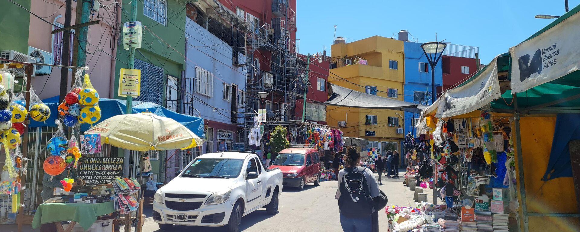 El mercado dentro del Barrio Padre Carlos Mugica vende imitaciones nuevas y alimentos frescos - Sputnik Mundo, 1920, 08.10.2021