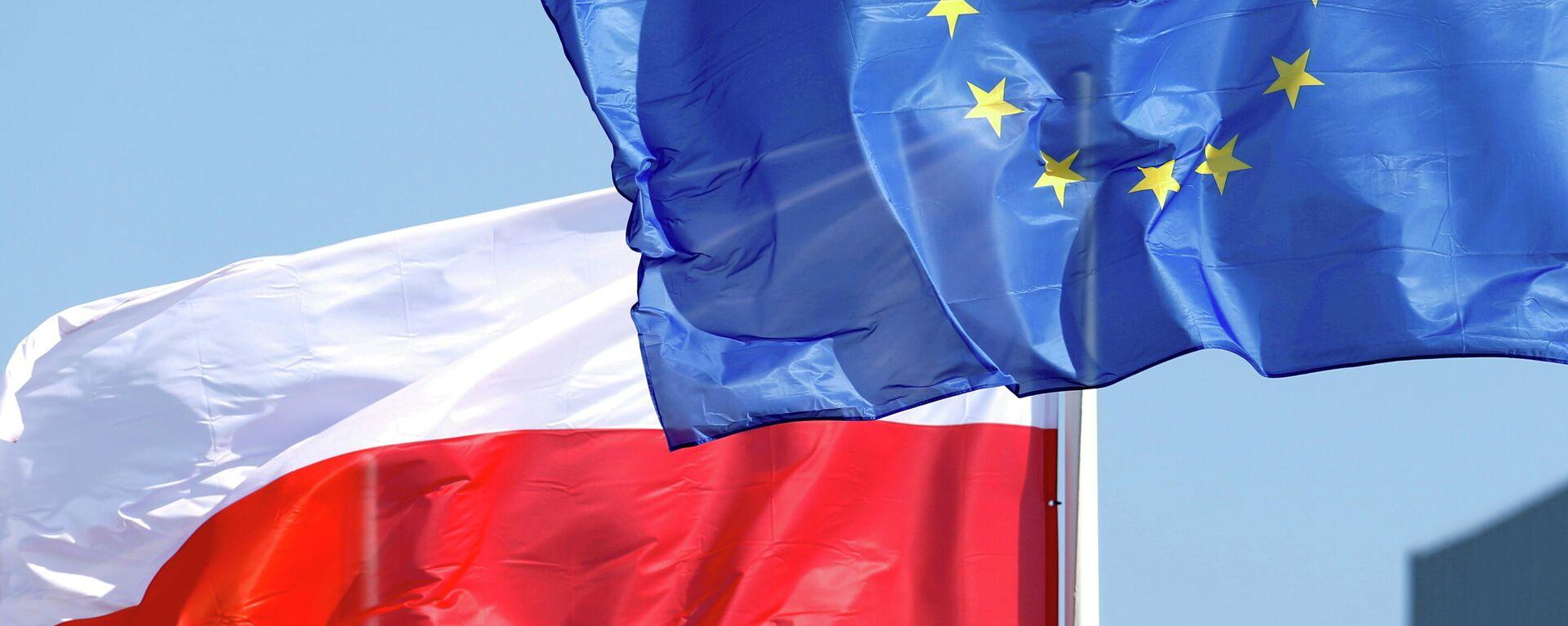 Banderas de Polonia y la UE - Sputnik Mundo, 1920, 08.10.2021