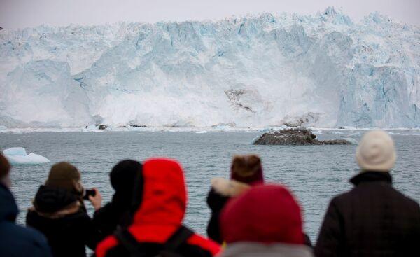 """Como mencionado, el Eqi también es llamado el glaciar """"que da a luz"""". Eso significa que de él se desprenden regularmente trozos menores de hielo, los cuales se desplazan independientemente. - Sputnik Mundo"""