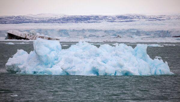 """El proceso de """"parto"""" de los nuevos icebergs va acompañado de un fuerte estrépito causado por la caída de los bloques al agua. - Sputnik Mundo"""