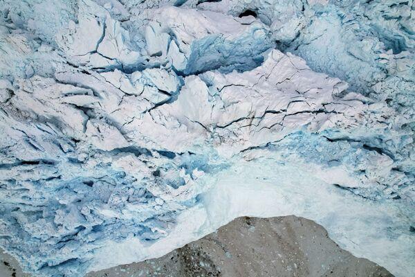 Al navegar por las aguas cercanas al Eqi es posible ver pequeños témpanos de hielo, los cuales se vuelven cada vez más grandes a medida que se acerca el glaciar. - Sputnik Mundo