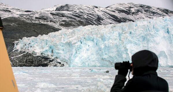 """Los barcos con turistas pueden acercarse al glaciar, lo que permite observar el fenómeno del """"nacimiento"""" de los témpanos de hielo al detalle. - Sputnik Mundo"""