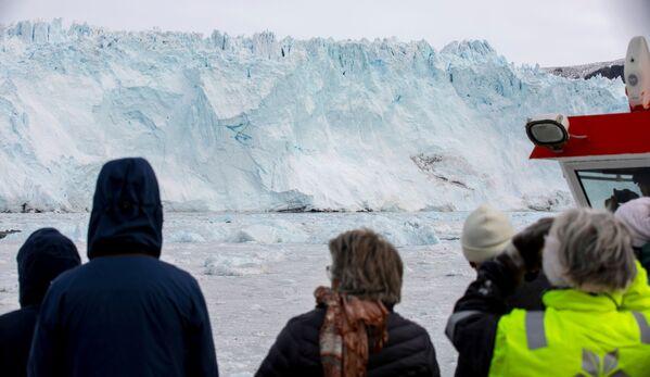 El glaciar se derrite parcialmente en el verano y, luego, en los meses más fríos, vuelve a aumentar de tamaño. - Sputnik Mundo