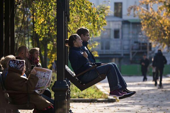 Unas personas disfrutan de un soleado día otoñal en el territorio del convento Novodevichy. - Sputnik Mundo