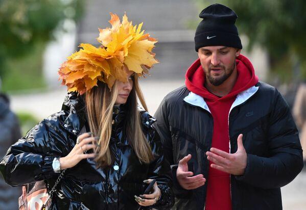 Unos jóvenes caminan cerca del convento Novodevichy. - Sputnik Mundo