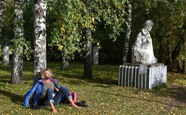 Un hombre disfruta del sol en el parque de artes Muzeon. - Sputnik Mundo