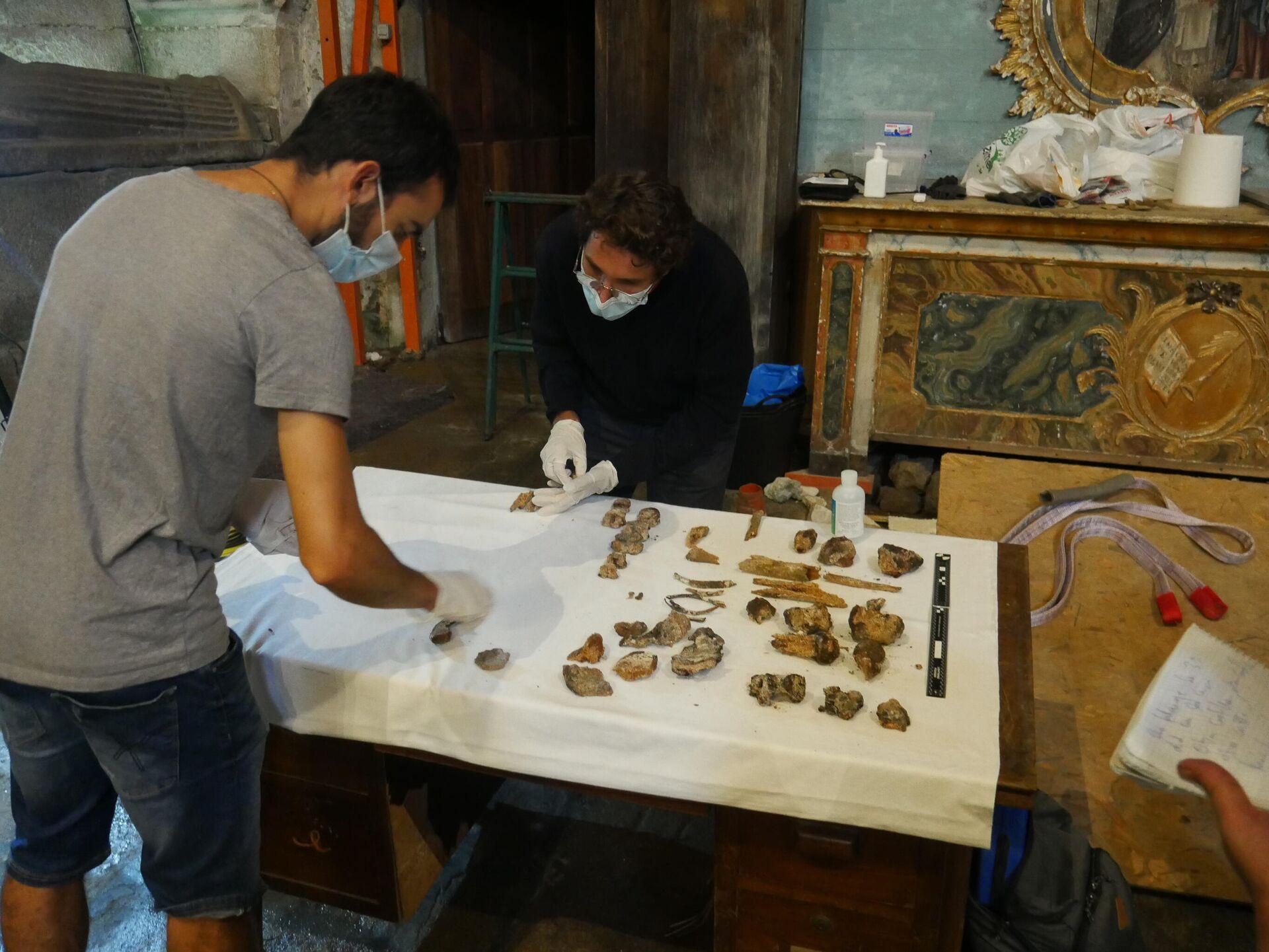 Catalogación de los huesos hallados en el panteón de los Sotomayor en Santo Domingo de Tui (Pontevedra) - Sputnik Mundo, 1920, 08.10.2021