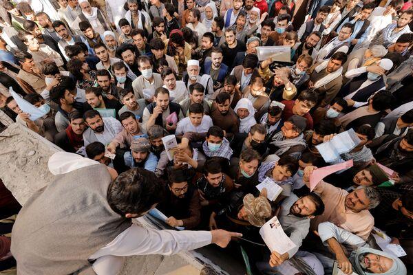 Los afganos que desean salir de su país acuden masivamente a la oficina de pasaportes recién inaugurada en Kabul. - Sputnik Mundo