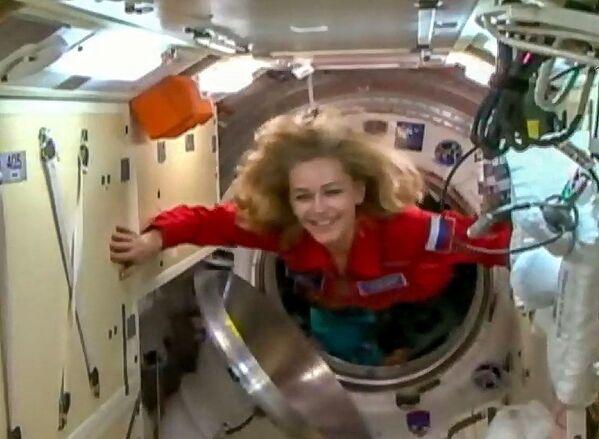 La actriz rusa Yulia Peresild llegó a la Estación Espacial Internacional (EEI) junto a un equipo de rodaje para realizar la primera película en el espacio. - Sputnik Mundo