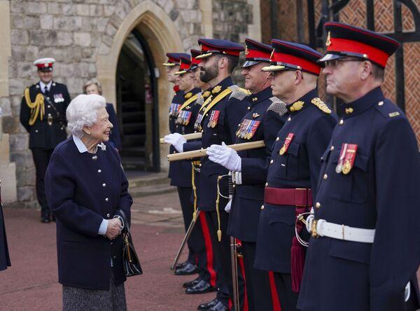 La reina Isabel II recibe a miembros del Regimiento Real de Artillería Canadiense en el castillo de Windsor, en el Reino Unido. - Sputnik Mundo