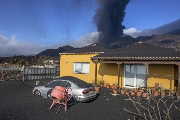 La actividad volcánica en la isla de La Palma continúa en las islas Canarias, España. - Sputnik Mundo