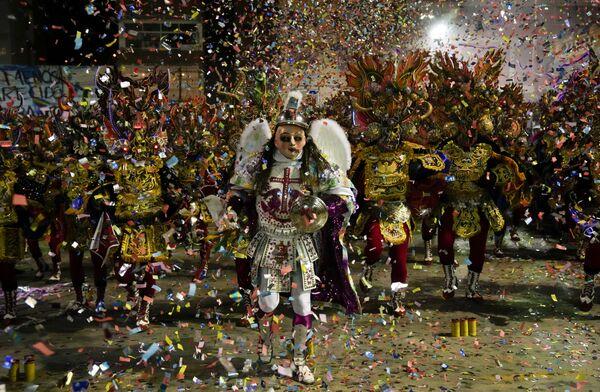 Así se llevó a cabo el Diabladazo. Una masiva concentración de bolivianos asistió a la convocatoria para reivindicar a la Diablada como danza boliviana, después de que las autoridades peruanas la declararan como su patrimonio cultural. - Sputnik Mundo