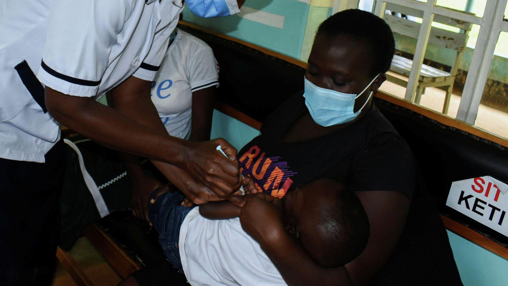 Una enfermera administra una vacuna contra la malaria a un niño en Kenia - Sputnik Mundo, 1920, 09.10.2021