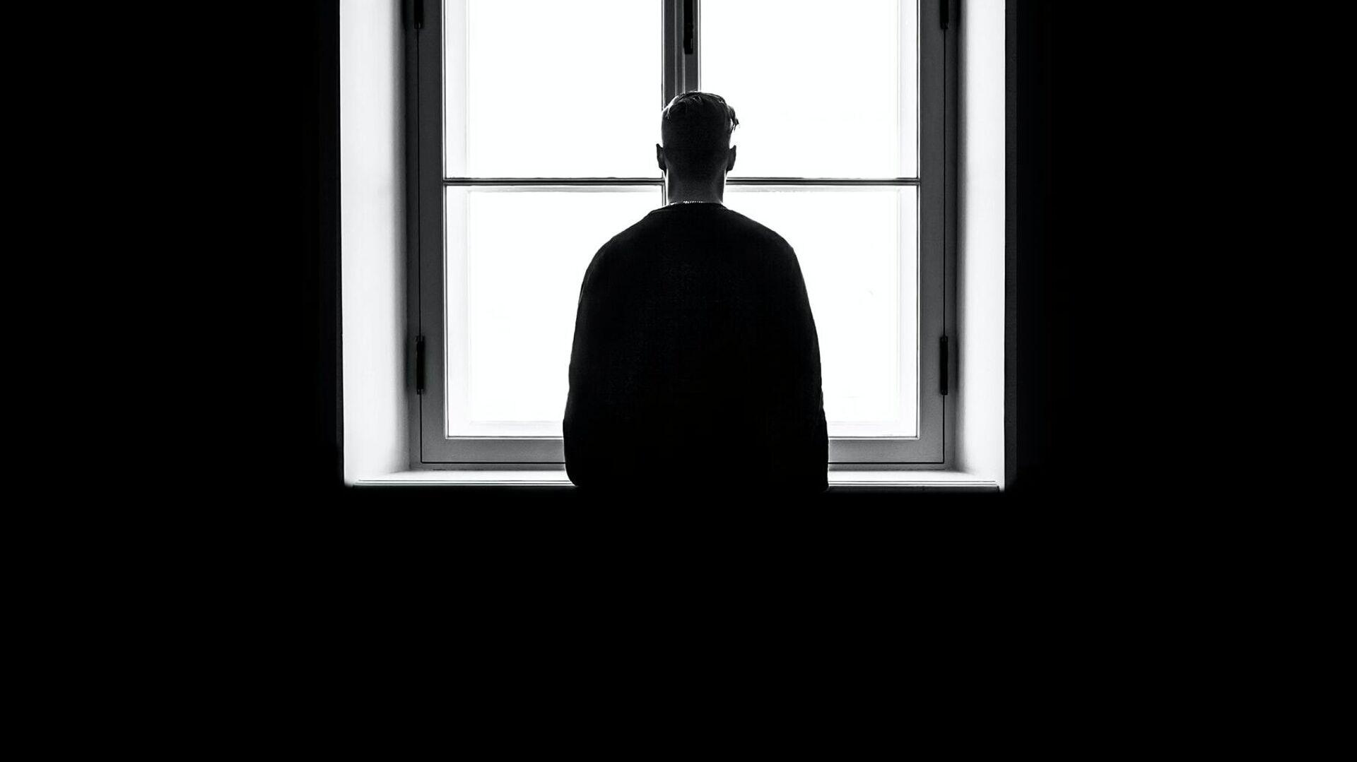 Una persona delante de una ventana en la oscuridad - Sputnik Mundo, 1920, 10.10.2021