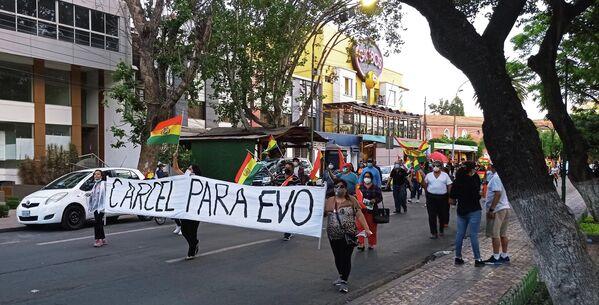 Las y los manifestantes comulgaban en su desprecio hacia la figura del expresidente Evo Morales, derrocado en el golpe de 2019. Mientras marchaban, desempolvaron estribillos golpistas, como ¿Quién se cansa?/ ¡Nadie se cansa! o ¿Evo de nuevo?/ ¡Huevo, carajo!.  - Sputnik Mundo