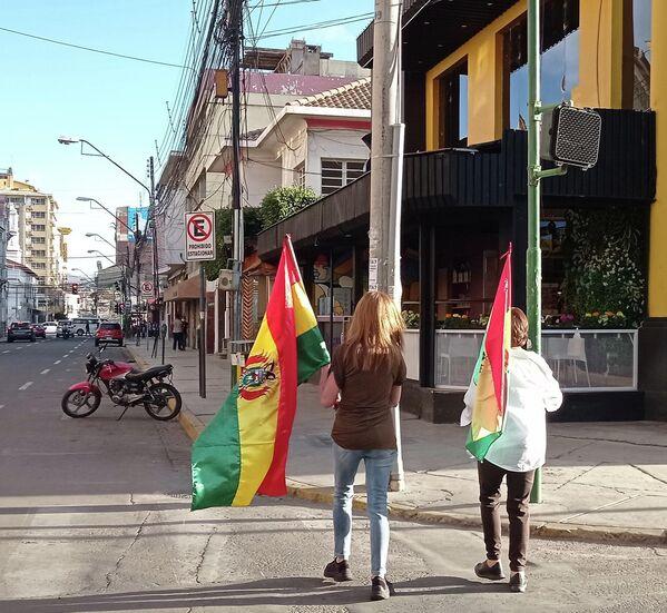Los comités cívicos de los nueve departamentos habían establecido que este domingo 10 de octubre se realizarían movilizaciones en todo el país contra la dictadura del MAS, el Movimiento Al Socialismo, partido del presidente Luis Arce.  La oposición se manifestó en conmemoración del Día de la Democracia, porque en la misma fecha de 1982 había acabado una dictadura. Con esta argucia, los pititas negaron que en noviembre de 2019 Bolivia haya sufrido un golpe de Estado. Y destacaron que el Gobierno de facto de Jeanine Áñez habría sido constitucional.   - Sputnik Mundo
