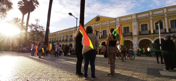 Algunas decenas de vecinas y vecinos de barrios de clase media de Cochabamba se reunieron en la plaza 14 de Septiembre. Ostentaban la bandera tricolor, ante la evidente ausencia en esta manifestación de la wiphala, el estandarte representativo de los pueblos indígenas, oficializado por la Constitución vigente.  - Sputnik Mundo