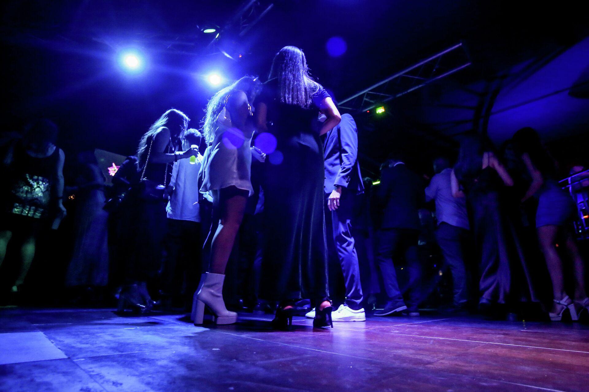 Personas en la pista de baile de una discoteca de Madrid  - Sputnik Mundo, 1920, 11.10.2021