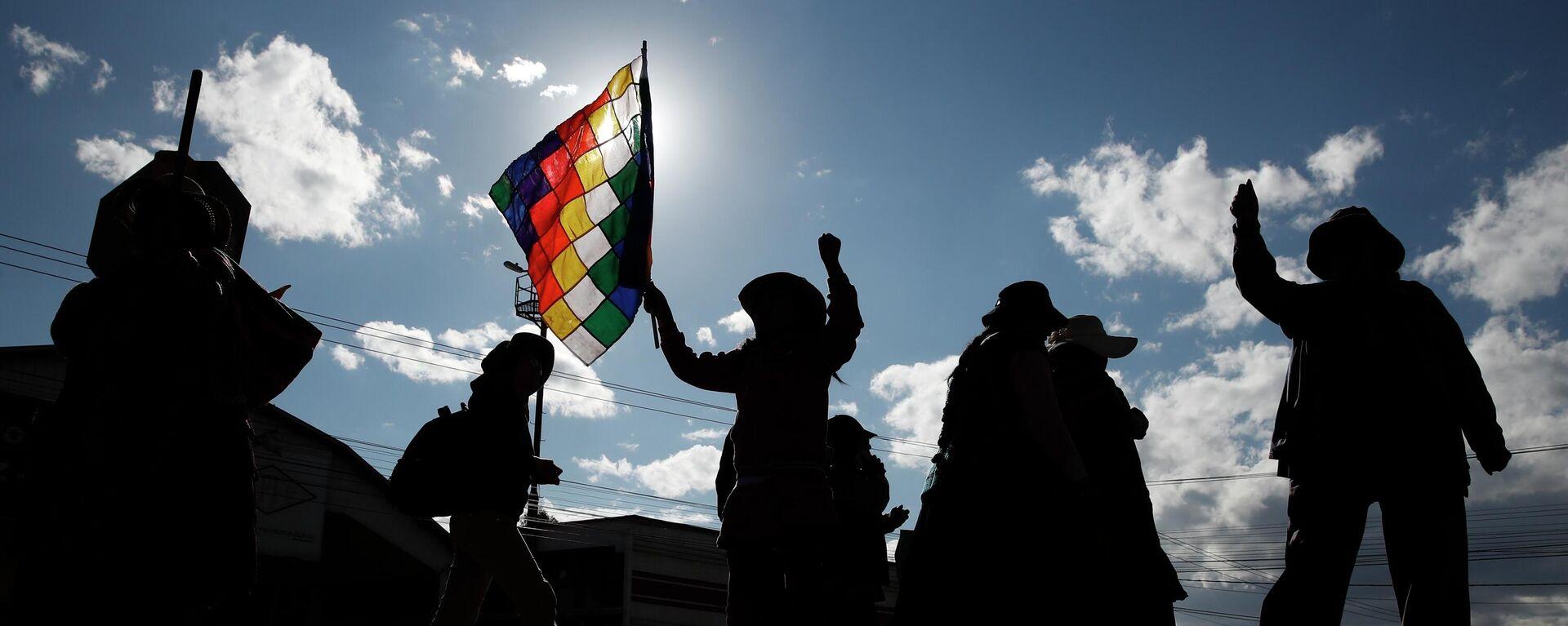 Partidarios del expresidente Evo Morales ondean una bandera de Whipala  - Sputnik Mundo, 1920, 12.10.2021