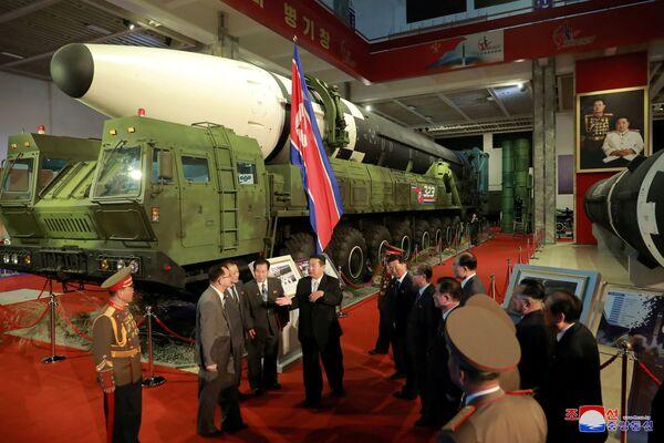 El 76 aniversario del partido gobernante se celebró sin los tradicionales desfiles militares. Esta vez, Pyongyang solo acogió la exposición Autodefensa-2021.En la foto: el mandatario norcoreano Kim Jong-un en la ceremonia de apertura de la exhibición militar. - Sputnik Mundo