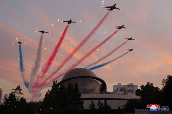 Un espectáculo aéreo durante la exposición Autodefensa-2021 en Pyongyang. - Sputnik Mundo