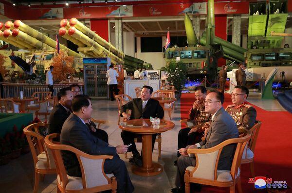La exposición, que presenta los últimos logros de la industria de Defensa de Corea del Norte, tiene como objetivo mostrar a los ciudadanos del país su poder militar. - Sputnik Mundo