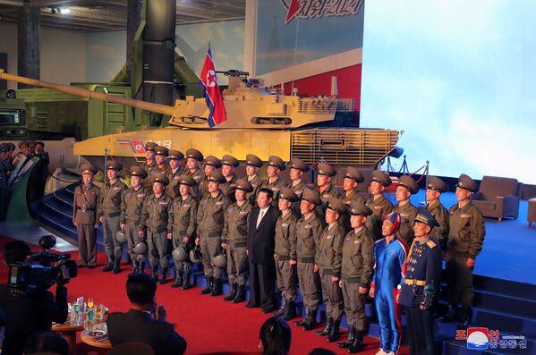 """Sin embargo, Kim Jong-un señaló que la capacidad de defensa de Corea del Norte seguirá fortaleciéndose """"para la supervivencia del Estado"""" y prometió construir un """"Ejército invencible"""".En la foto: Kim Jong-un cerca de un tanque de fabricación nacional. - Sputnik Mundo"""
