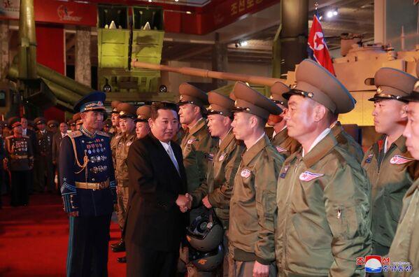 El mandatario norcoreano recordó a los presentes la hostilidad de EEUU hacia la RPDC y acusó a Washington de fomentar las tensiones con su vecino sur.En la foto: Kim Jong-un saluda a los militares en la exposición Autodefensa-2021 en Pyongyang. - Sputnik Mundo