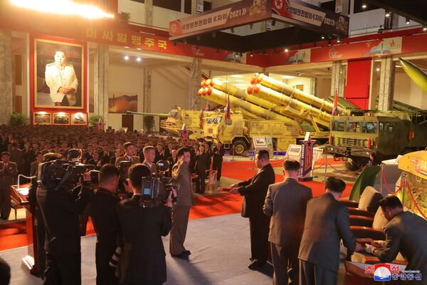 Destacando la importancia de la exposición Autodefensa-2021, Kim Jong-un señaló que la exhibición supone una oportunidad para apoyar a los científicos, tecnólogos y la clase trabajadora, así como para infundir nueva confianza y entusiasmo en la población de Corea del Norte.En la foto: Kim Jong-un saluda al personal militar en la exposición Autodefensa-2021 en Pyongyang. - Sputnik Mundo