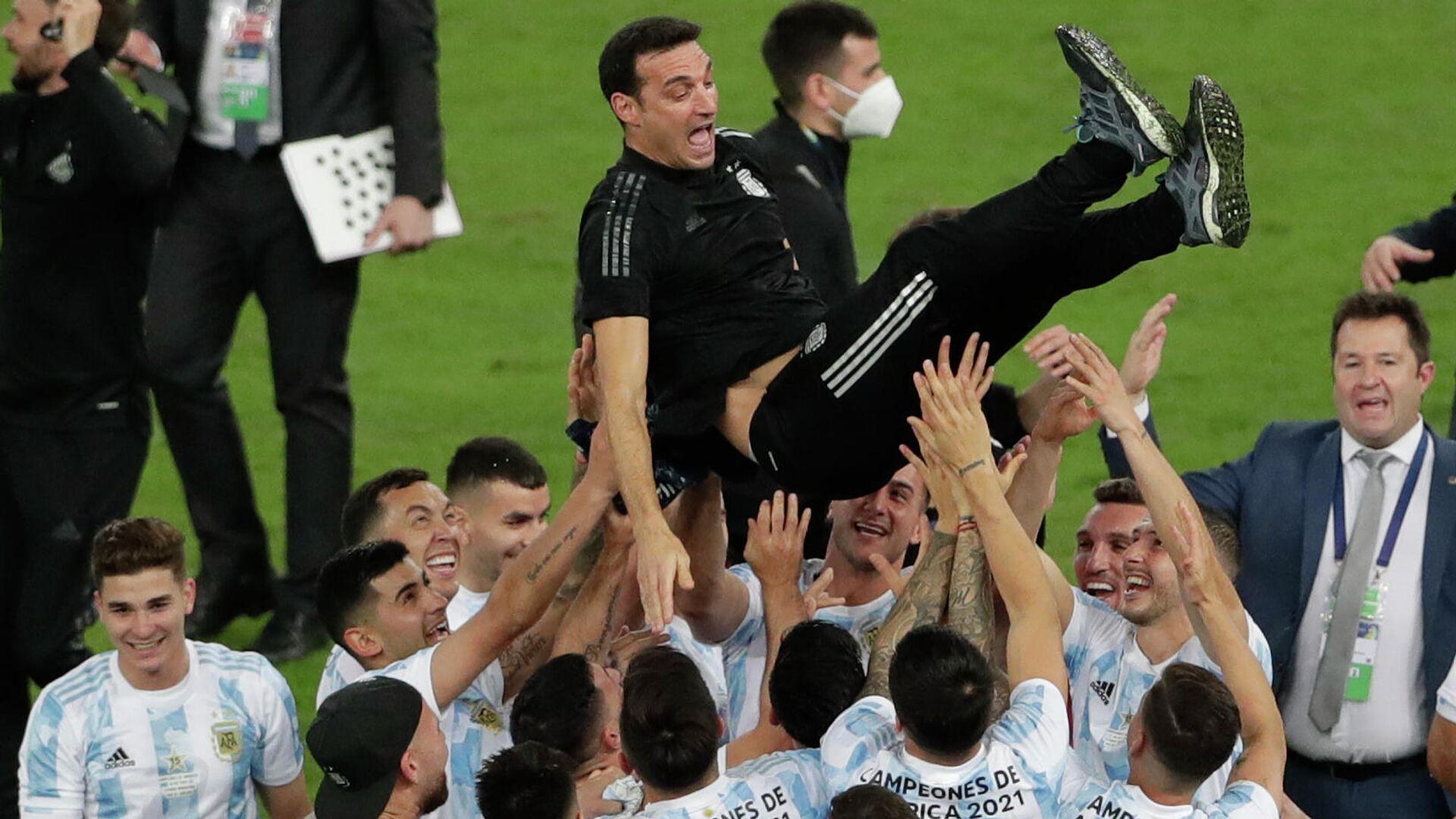 El entrenador argentino Lionel Scaloni es lanzado al aire por sus futbolistas luego de ganar la Copa América 2021 - Sputnik Mundo, 1920, 12.10.2021