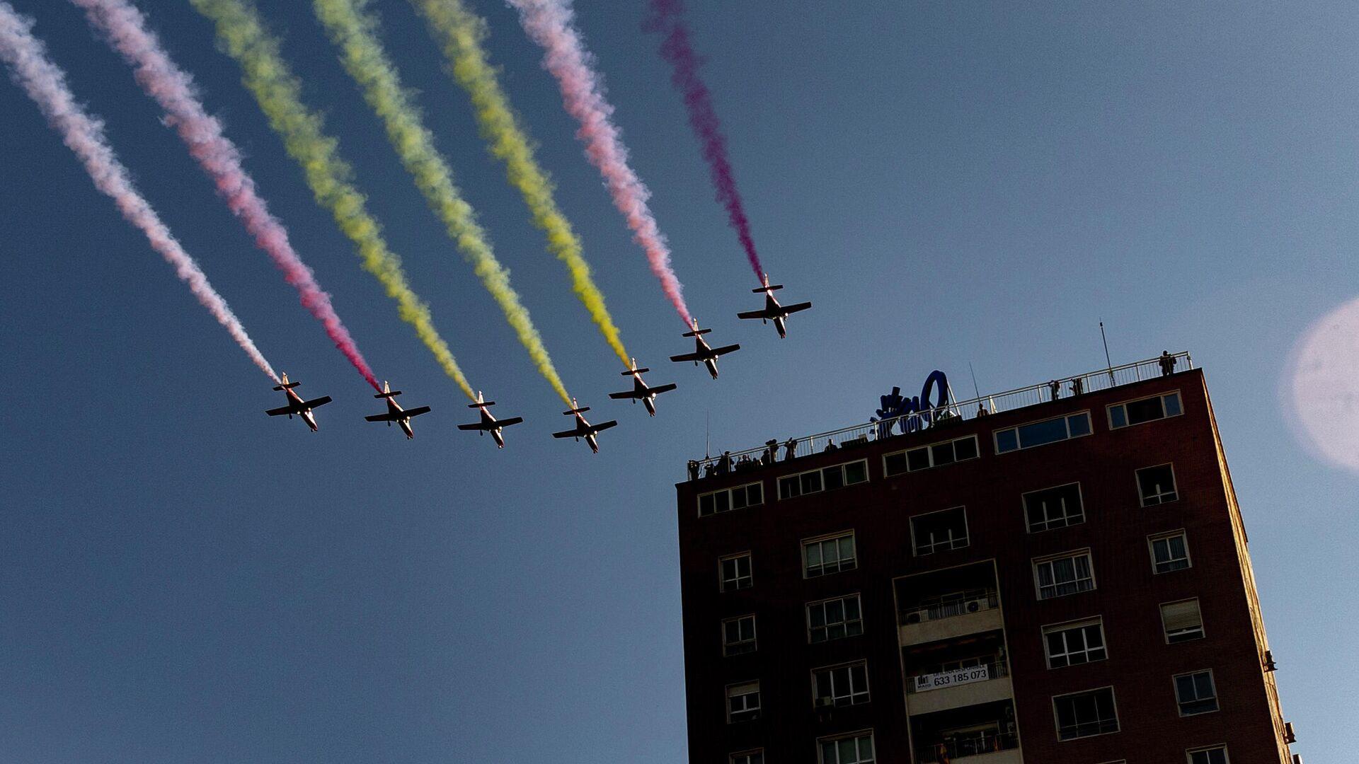 La Patrulla Águila dibuja la bandera de España en el cielo de Madrid  - Sputnik Mundo, 1920, 13.10.2021