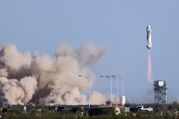 La cohete New Shepard con el actor estadounidense William Shatner a bordo despega rumbo al espacio desde Texas (EEUU), el 13 de octubre del 2021 - Sputnik Mundo
