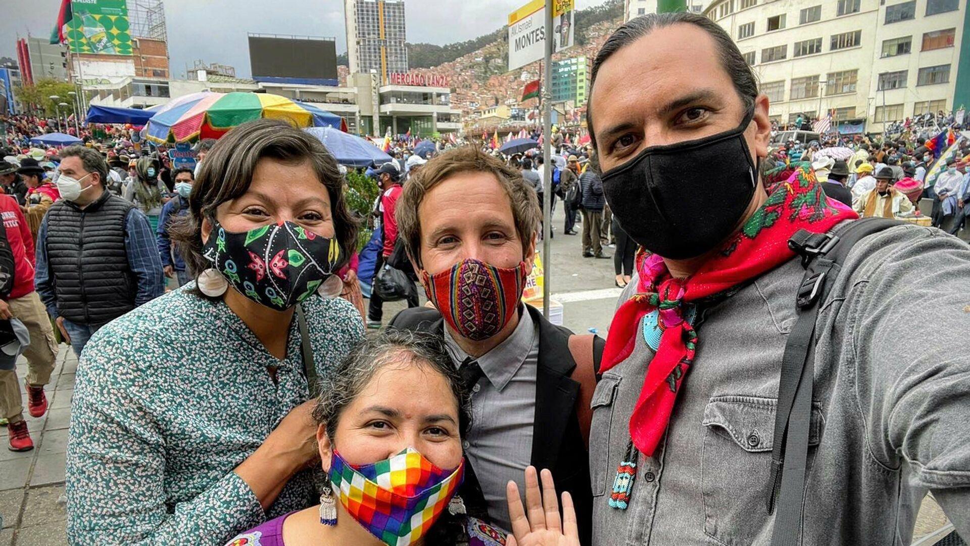 Thomas Becker (centro) en una marcha durante el Día de la Descolonización en Bolivia - Sputnik Mundo, 1920, 14.10.2021
