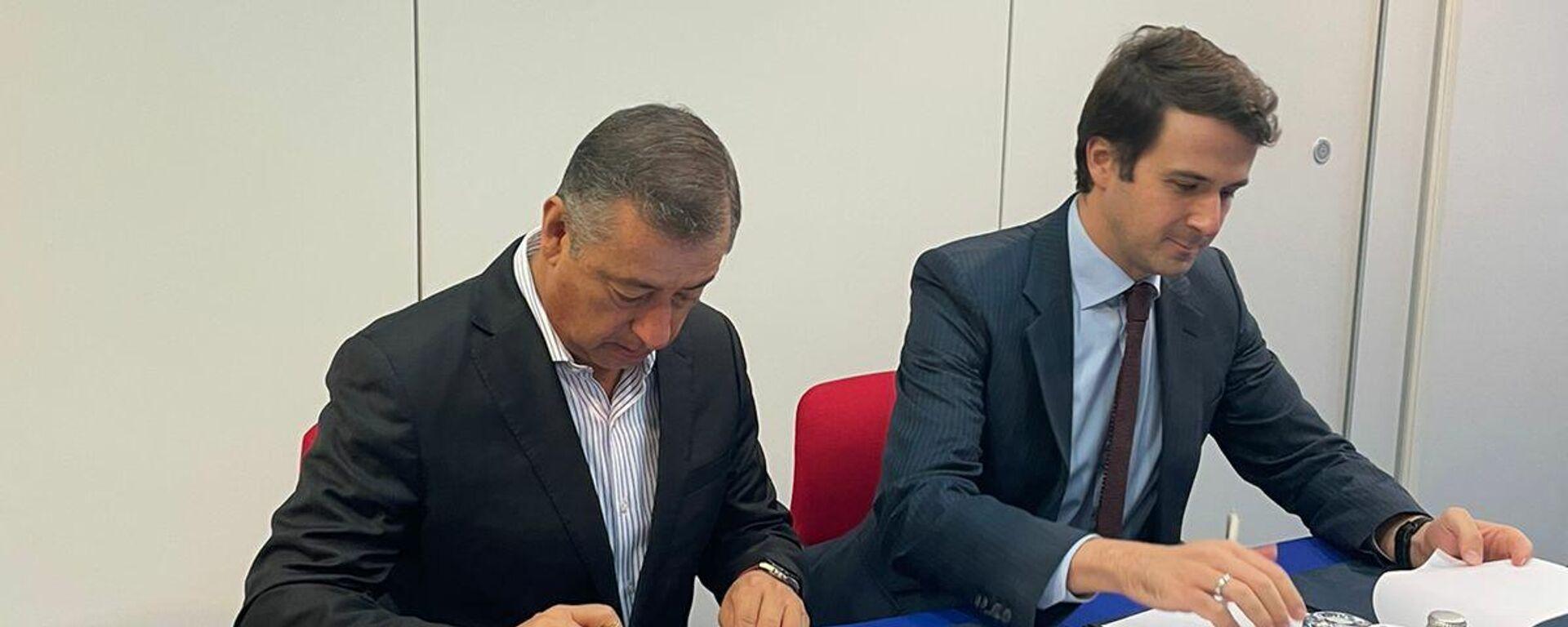 El director de Birmex, Pedro Zenteno Santella, firmando el acuerdo junto a Azer Mamedov, uno de los directores del RDIF - Sputnik Mundo, 1920, 14.10.2021