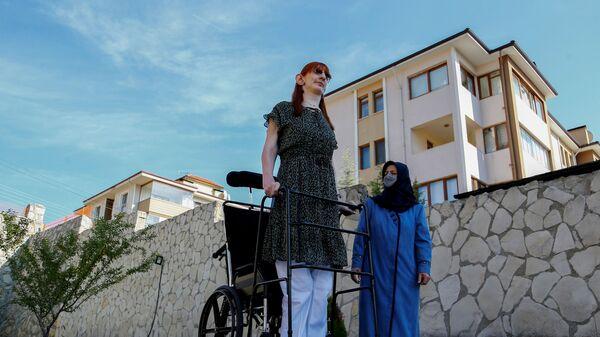 Самая высокая женщина в мире Румейса Гельги позирует со своей матерью Сафие Гельги во время пресс-конференции, Турция - Sputnik Mundo