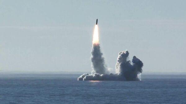 Lanzamiento de un misil balístico Bulavá desde un submarino en el mar Blanco - Sputnik Mundo