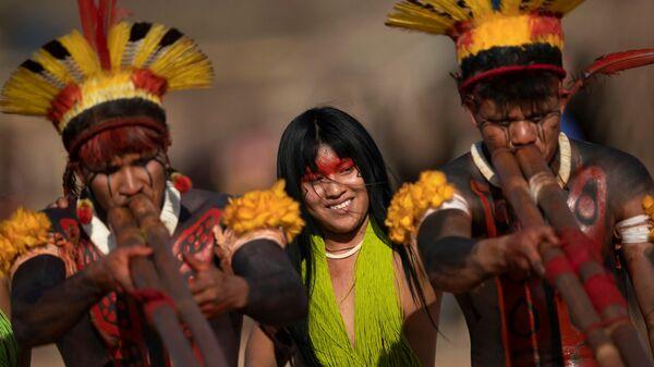 Люди племен Явалапити, Калапало и Мехинако играют на бамбуковых флейтах уруа во время похоронного ритуала Куаруп в память о вожде в парке коренных народов Шингу в Бразилии - Sputnik Mundo