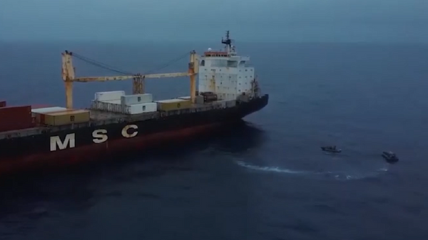 Así impide un destructor antisubmarinos ruso  que los piratas se apoderen de un barco civil - Sputnik Mundo