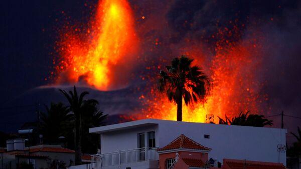 Вулкан Кумбре-Вьеха продолжает извергаться на канарском острове Ла-Пальма - Sputnik Mundo