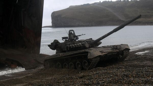 Un carro de combate T-80 durante las maniobras - Sputnik Mundo