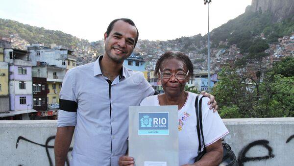 Teresa Nascimento posa junto a su nieto Robson, al fondo la favela de Rocinha - Sputnik Mundo