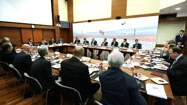 Dmitri Medvédev en una reunión con representantes de empresas rusos y internacionales - Sputnik Mundo